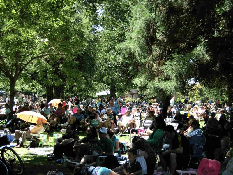 Sun Kings audience Music in the Park