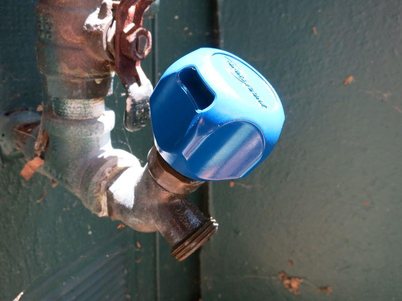 Locking hose knob